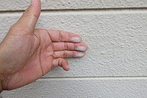 外壁サイディングのチョーキングが見受けられたら塗り替えのタイミングです!